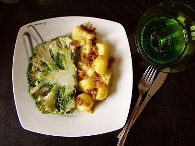 mit Bärlauch-Pesto gefüllter Blumenkohl