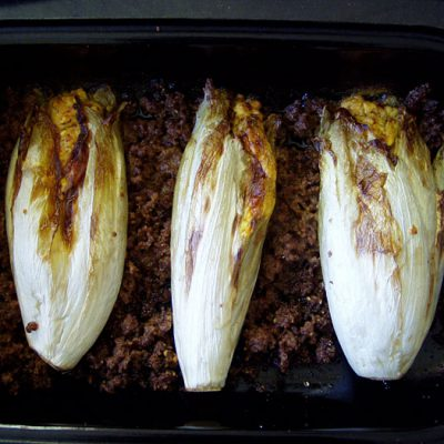 Chicoree mit Füllung aus Feta, Joghurt, Chili und frischem Kurkuma