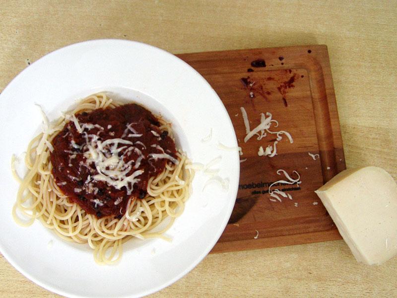 Spaghetti mit einer fruchtigen Holunder-Tomatensoße