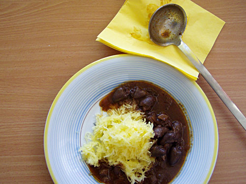 Spaghettikürbis mit Ragout aus Hühncherherzen