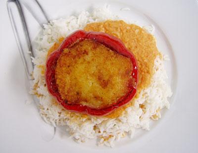Paprika mit Käse-Frühlingszwiebel-Füllung und afghanischer Soße