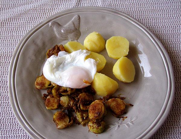 Knusper-Rosenkohl mit pochiertem Ei