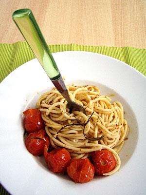 Nudeln mit ofengegarten Tomaten