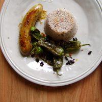 Bratwurst mit Pfannenpaprika und schwarzen Johannisbeeren