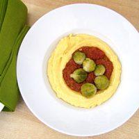 Polenta mit Romesco-Sauce und Rosenkohl