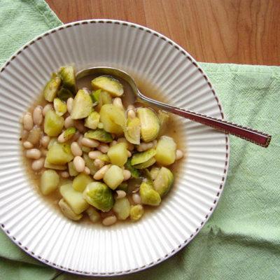 Weiße Bohnen-Suppe mit Rosenblüten und Rosenkohl
